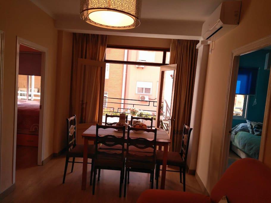 Living room with sofa & TV.  Dining area / Salon con sofa y TV más zona para comer