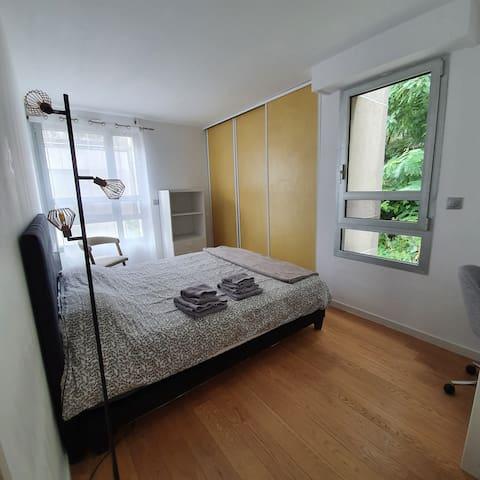 Chambre avec lit 180×200 et bureau