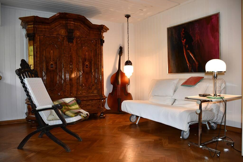 Wohnbereich mit ausziehbarer Schlafcouch