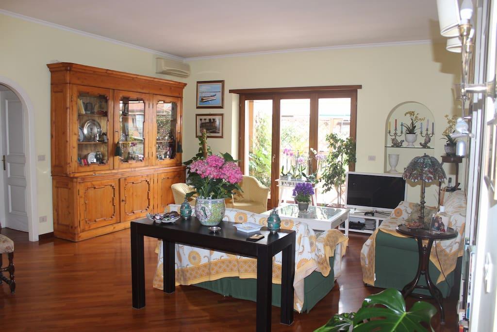 Salone e accesso al terrazzo; Living room