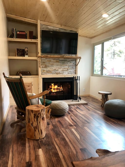 Enjoy our family room with Smart internet enabled new tv.  Netflix and Hulu are ready to go. Cozy fireplace ready to go to enjoy family + friend board games.