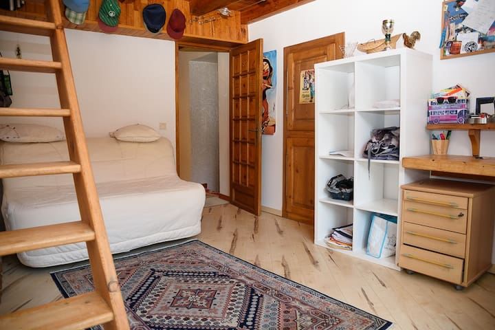 Chambre 2 avec mezzanine avec lit 2 places et clic clac