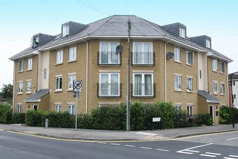★ Slough luxury apartment ★£99 per night ★ Parking