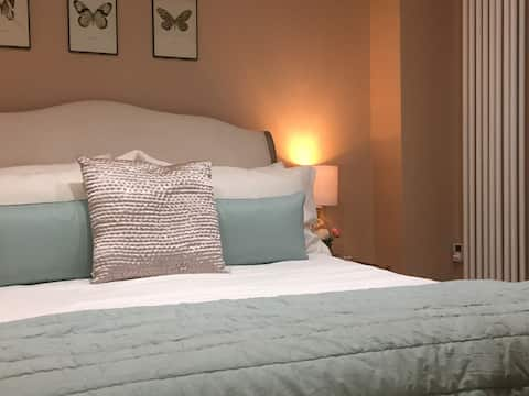 Luxury tiny house for 2 with hot tub near Bath