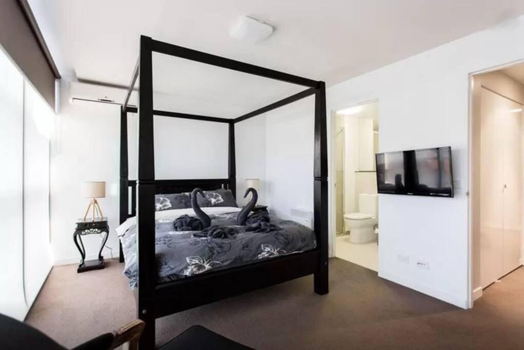 Master bedroom w. Ensuite