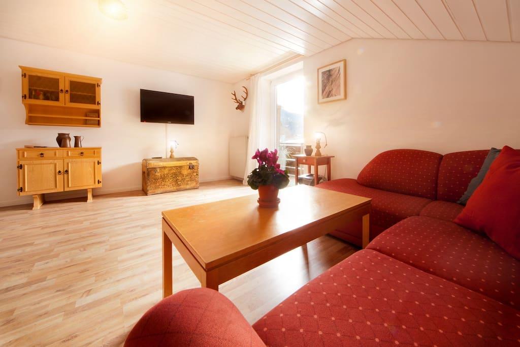 Wohnzimmer mit gemütlicher Essecke