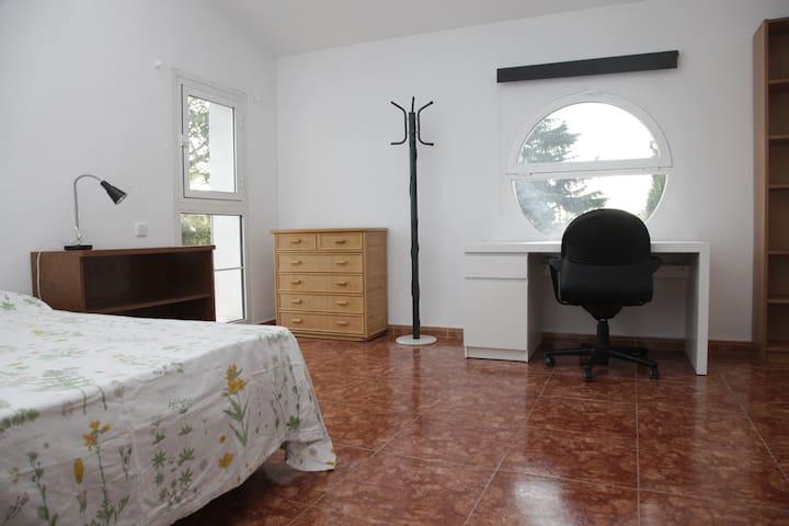 Habitación con jardín y piscina a 15 Km de MADRID