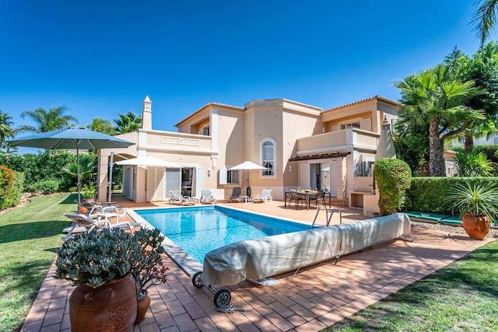 Superb villa in Gramacho Golf with  heated pool