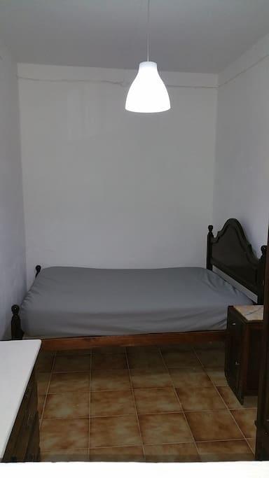 Chambre 2 avec lit double avec commode et armoire.