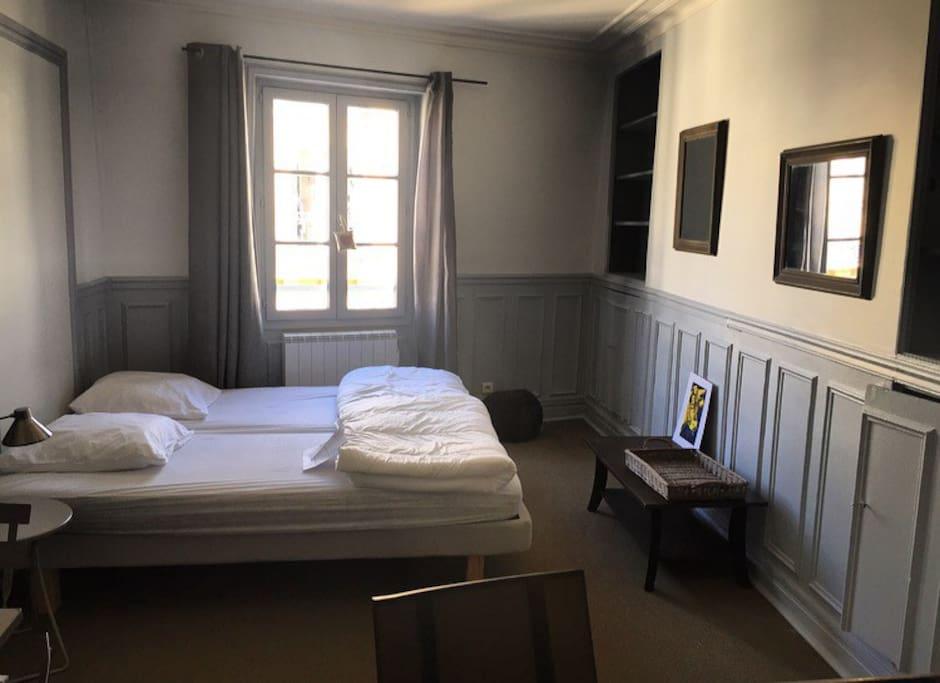 La pièce à vivre relativement spacieuse