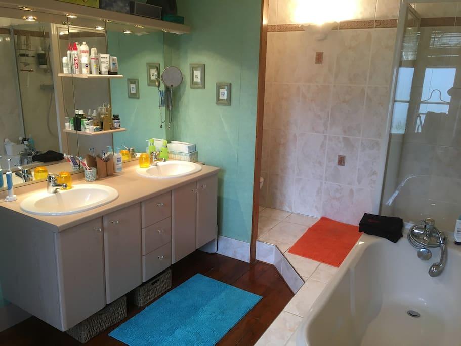 toilette, douche, baignoire, double vasque à l'étage près des chambres