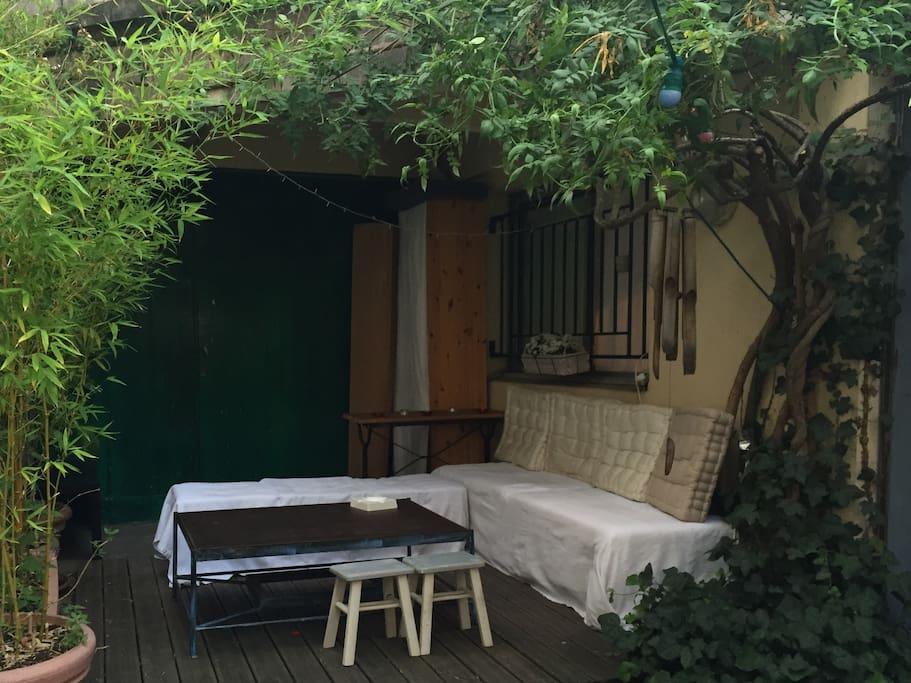 terrasse fleurie (partagée avec 4 adorables voisins)