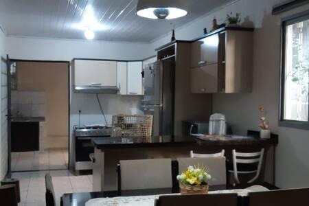 Casa c/ 02 suítes, c/ cozinha e garagem - Centro
