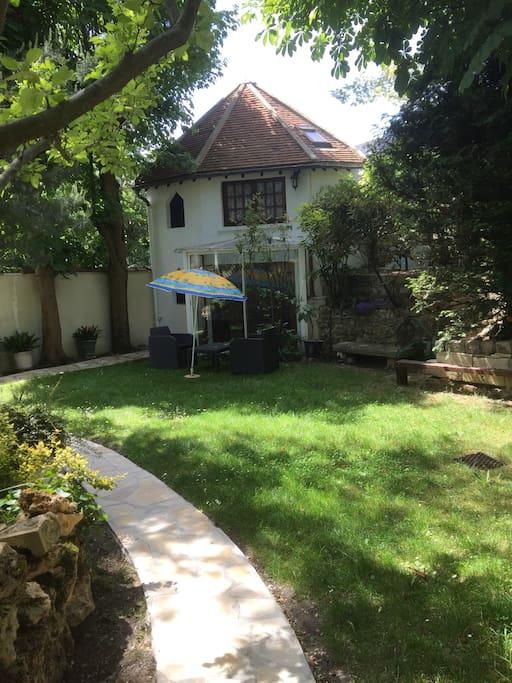 Petite maison jardin aux portes de paris maisons louer for Salon de jardin ile de france