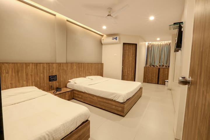 Deluxe Twin Room @ Pacific Inn, Kamrej