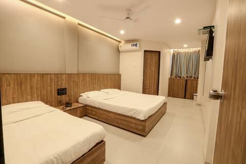 Deluxe Twin Room @ Pacific Inn, Kamrej