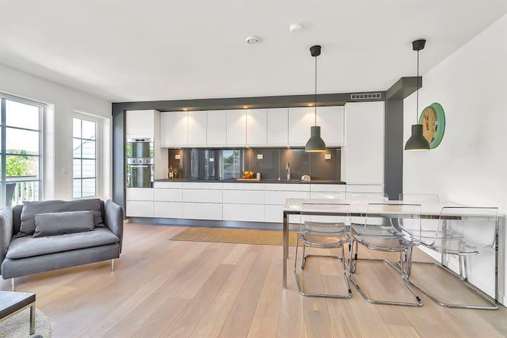 Sentral leilighet med 3 soverom, 2 bad og loftstue