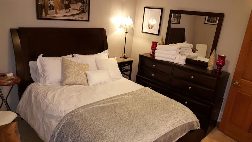 Unwind in Luxury Comfort in our Spacious Home - Grand Rapids - Huis
