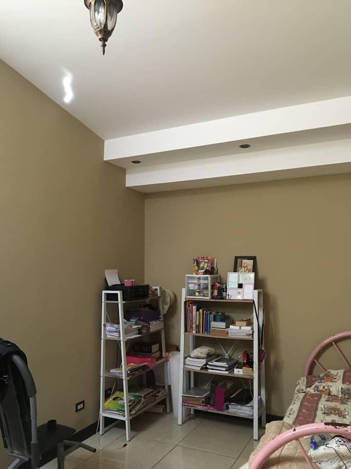 Se alquila cuarto en Cartago en residencial seguro