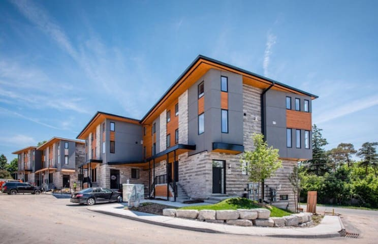 1 rm inBeautiful very high end home - Guelph - Townhouse