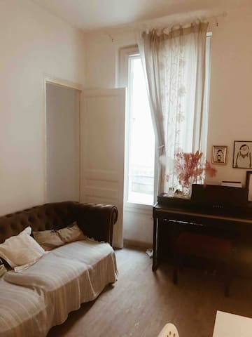 Cute piano apartment with garden in central paris