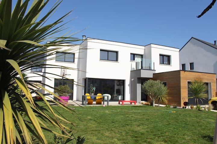 Grande maison moderne spacieuse  idéalement située - Larmor-Plage - Dům