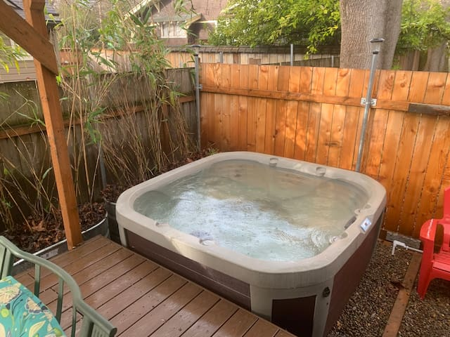 Whiteaker guesthouse- Hot tub! Near the UO!