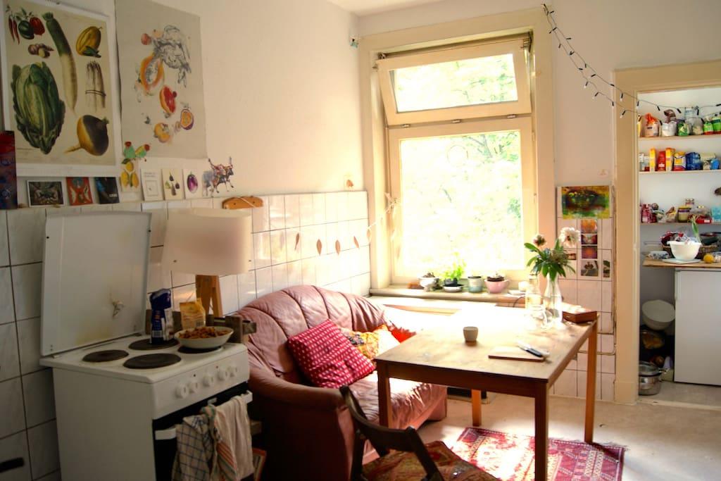 Auf dem Sofa kann man auch mal ne zweite Tasse Kaffee trinken. Spülmaschine gibts auch.