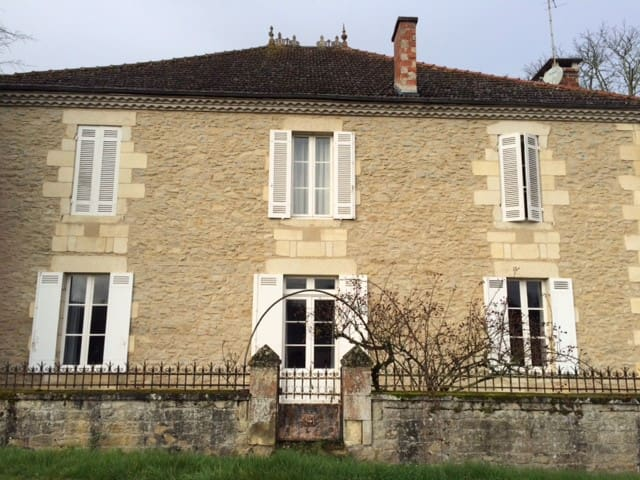 Jolie maison Girondine - Bassanne - บ้าน