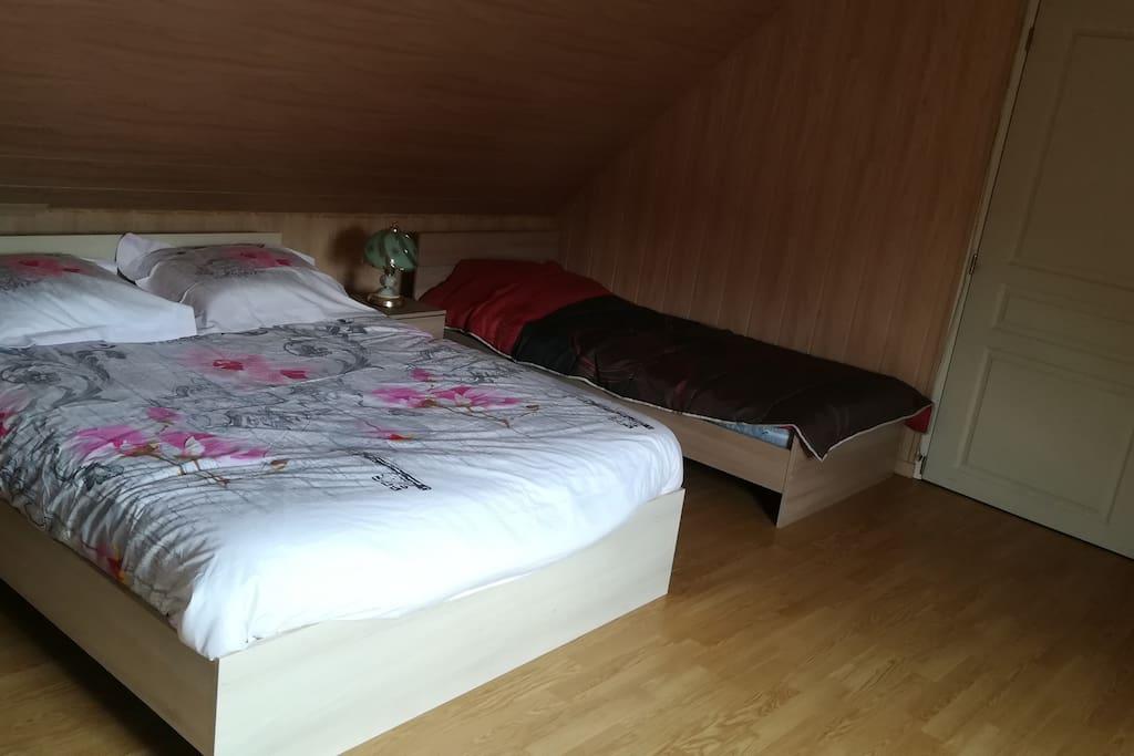 Chambre avec lits et television
