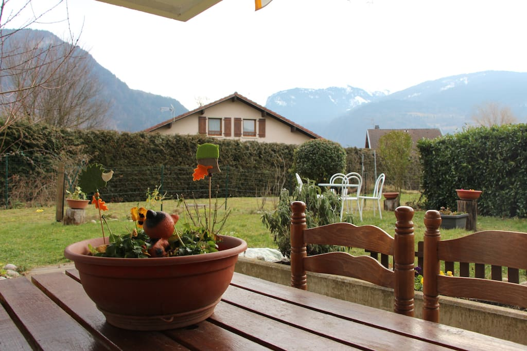 2 tables extérieur et jardin avec barbecue charbon