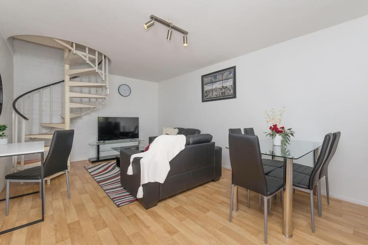 Heart of Wembley! 2 BR, 6km to Floreat Beach!