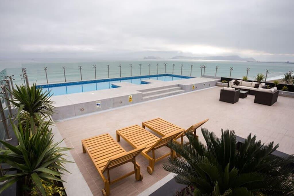 Terraza con piscina vista al mar