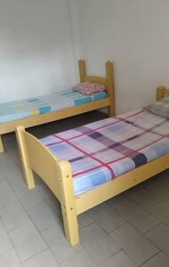 Alugo quarto com bwc com 2 camas