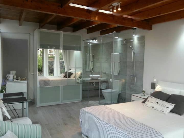 Luxurious Suite with Garden, Jacuzzi & Beach