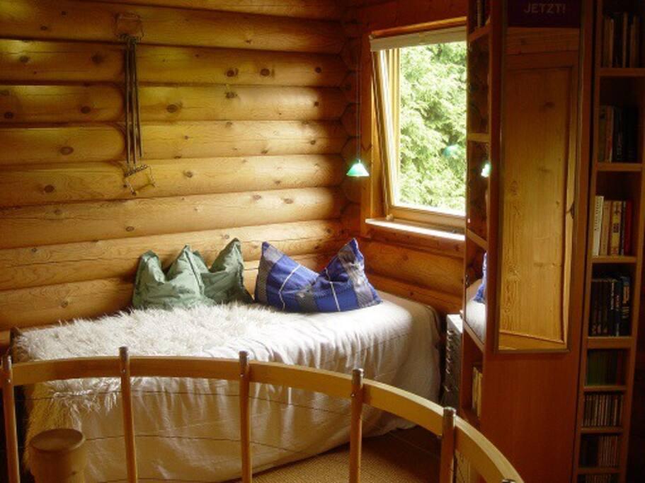 Der Schlafbereich oben, hier das Einzelbett.