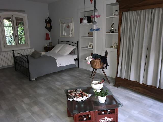 Chambre chaleureuse dans une maison typique