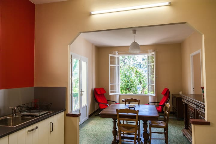 Petite maison 3 pièces avec terrasse et jardin