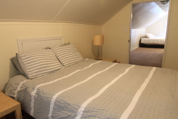 Large upstairs bedroom in cute home - Decatur - House