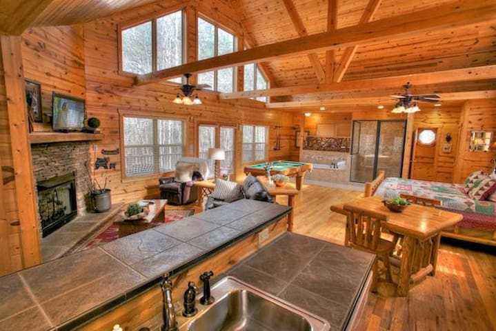 Luxurious Couples Retreat with Indoor Jacuzzi Spa