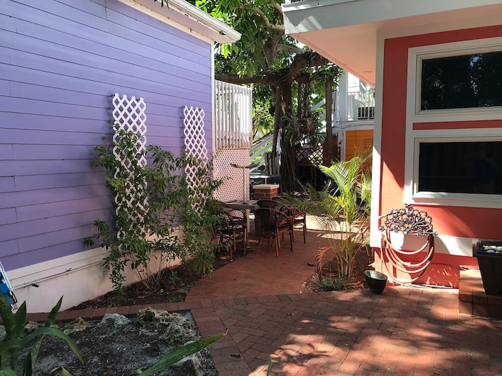 Cute Cottage with delightful private courtyard close to Pier and Beach