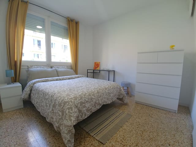 Bright room with private bathroom - Plaça Espanya