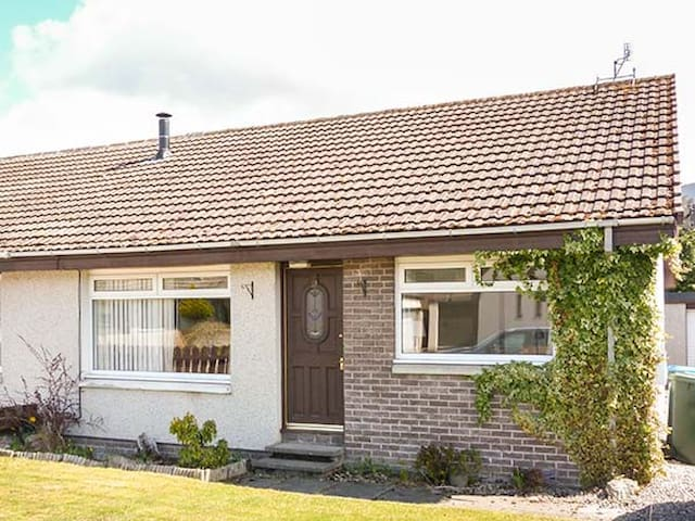 LITTLE IVY, pet friendly, with open fire in Aviemore, Ref 936185
