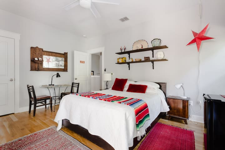 3 miles to downtown! Hyde Park Suite with Hot Tub