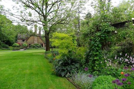 Gorgeous Wealden hall house - Hickstead