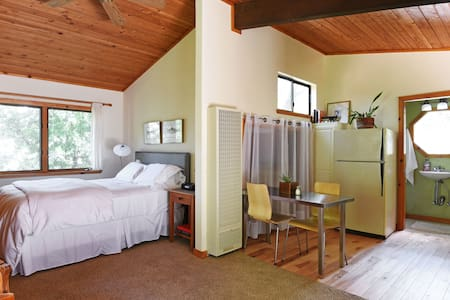 Woodsy Silicon Valley Cottage - Portola Valley