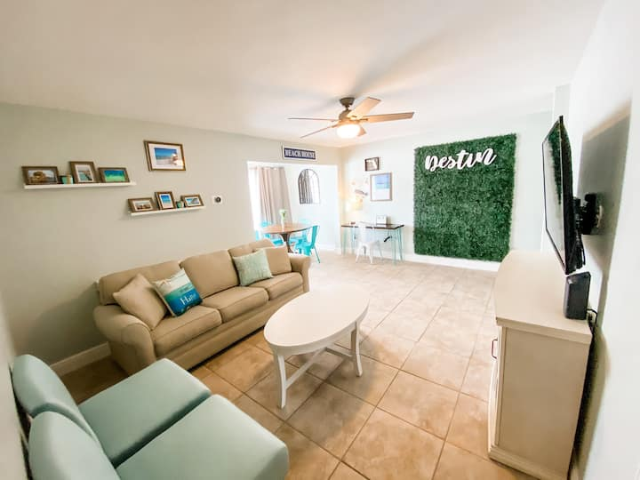 Photo Op Condo. 1 mile to Beach. Clean and Cozy!