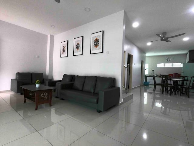 Pangkor town house, 12 pax, walk to shops & beach