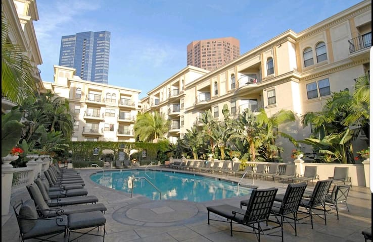 WALK TO DTLA - HOME AWAY FROM HOME w/FREE PARKING!