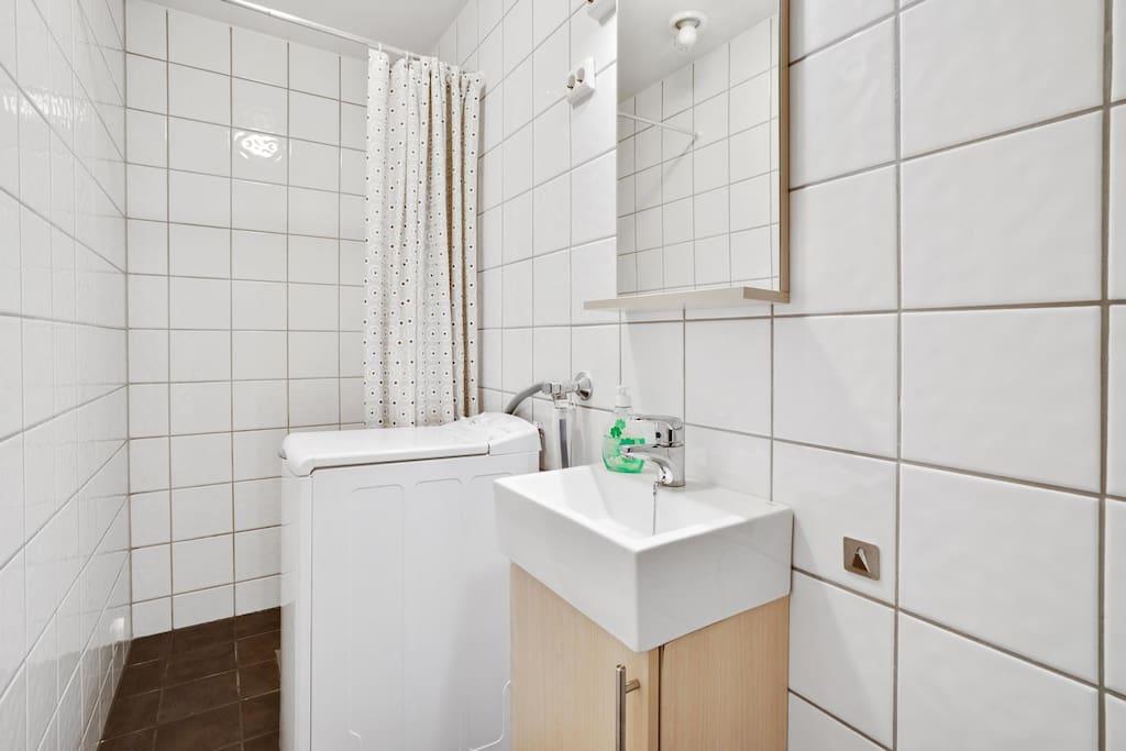 Bath and shower with washing machine